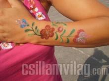 Magyaros motívumok a testfestésben csillám tetoválással